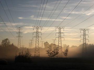 Vista de unas torres eléctricas al amanecer