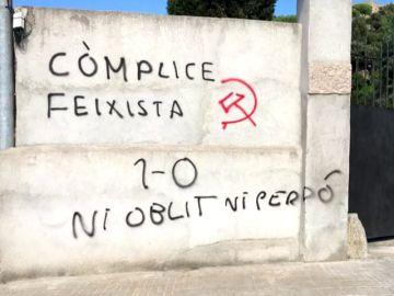 Denuncian la aparición de pintadas fascistas en la casa del alcalde del PSC de Roca del Vallès
