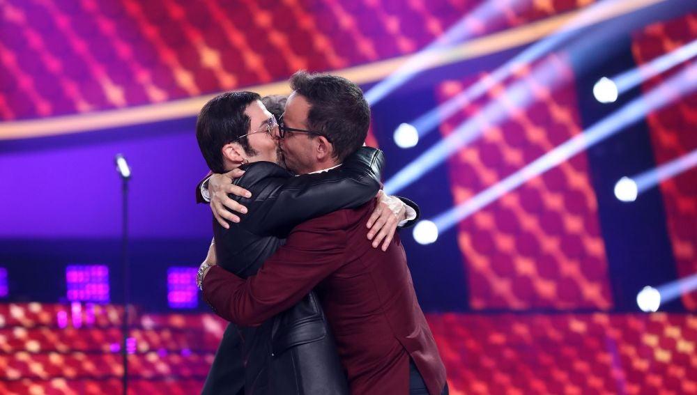 Jordi Coll seduce a Àngel Llàcer con su primer (y muy intenso) beso en 'Tu cara me suena'