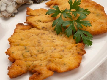 Filetes de pavo empanados con setas al roquefort.
