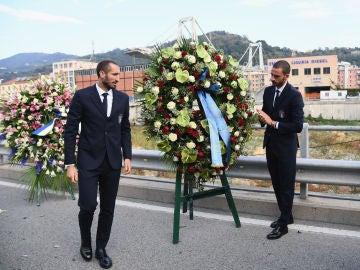 Chiellini y Bonucci dejan una corona de flores en recuerdo a las víctimas de la tragedia de Génova