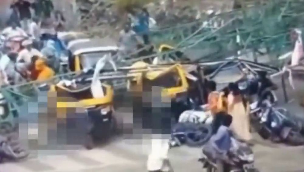 El derrumbe de una valla publicitaria sobre decenas de conductores deja cuatro muertos