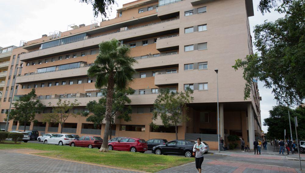 Vista general del edificio de Málaga capital donde esta mañana han fallecido una niña de 6 años y un hombre