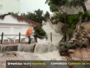 Una fuerte tromba de agua sorprende a los vecinos de Cala Blanca, Mallorca