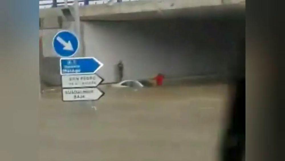 Atascados en un paso subterráneo inundado en Marbella