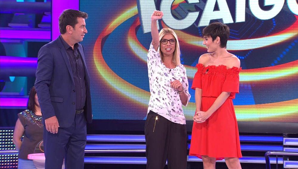 Dos personajes famosos acompañan a una de las concursantes a '¡Ahora Caigo!'