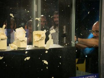 Michelle Jenner y Luis Tosar alucinan con el disparo curvado de Marron en 'El Hormiguero 3.0'