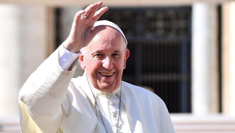 El Papa Francisco saluda durante su tradicional audiencia semanal en la Plaza de San Pedro del Vaticano