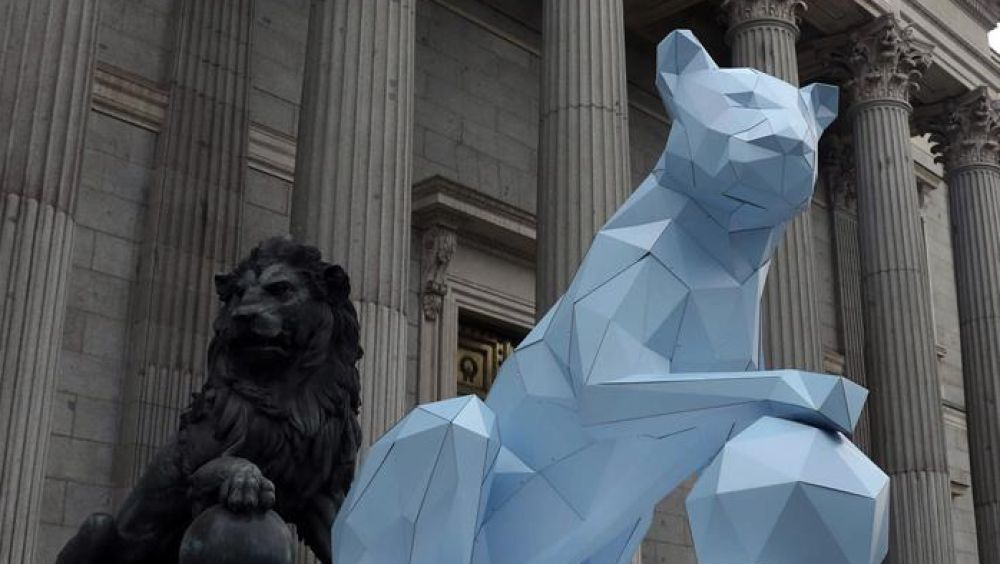 Una leona de cartón, en la puerta del Congreso