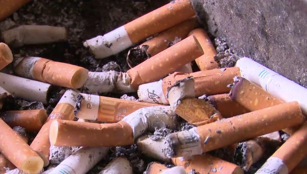 Bruselas quiere que las tabaqueras paguen los costes de las colillas tiradas al suelo