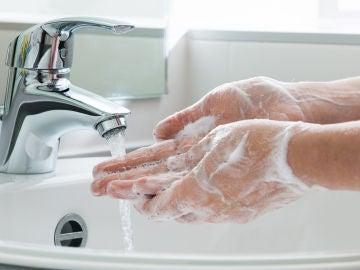 Una mujer se lava las manos