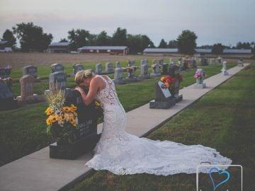 La joven junto a la tumba de su novio