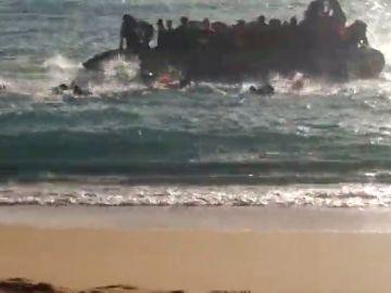 Una patera con 40 inmigrantes llegan en una lancha neumática a la cala de Roche