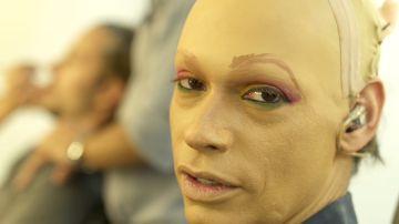 Pestañas postizas, tacones y mucho maquillaje en la transformación de Carlos Baute para ser Cardi B