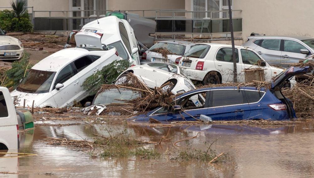 Imagen de varios coches cubiertos por el agua en Mallorca