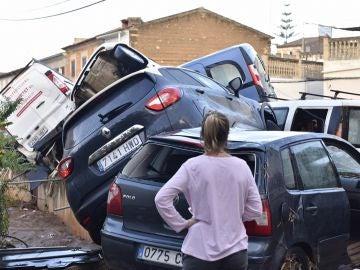 Imagen de varios coches destrozados por las inundaciones en Mallorca