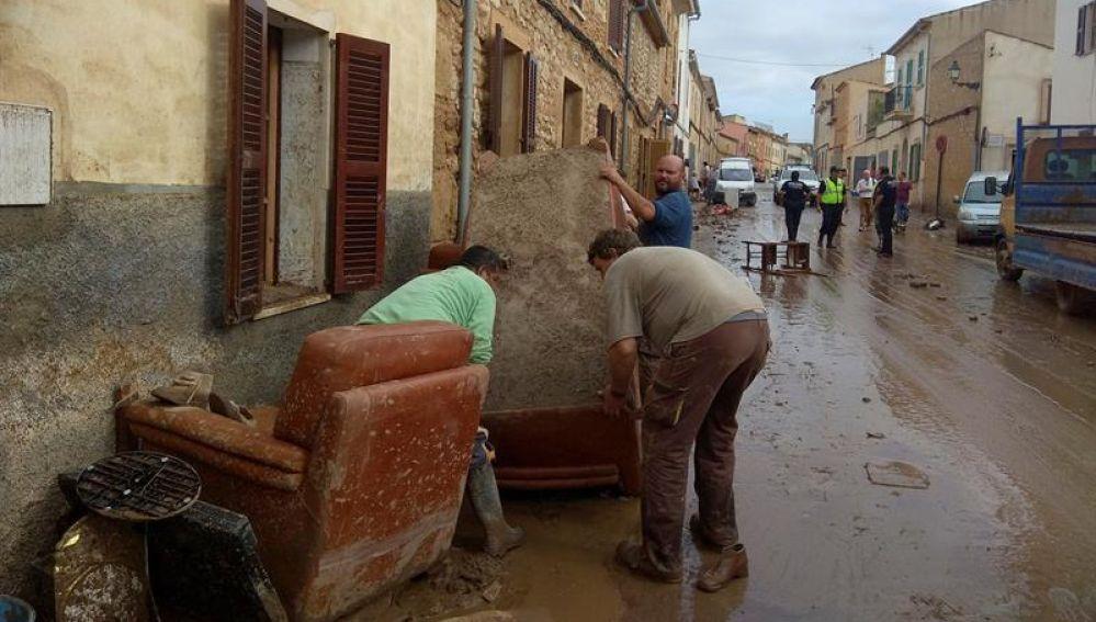 Vecinos de Sant Llorenç limpian el lodo de sus muebles