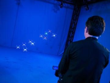 Rick Astley vuela una flota de drones usando piezas de Lego y un mando en 'El Hormiguero 3.0'