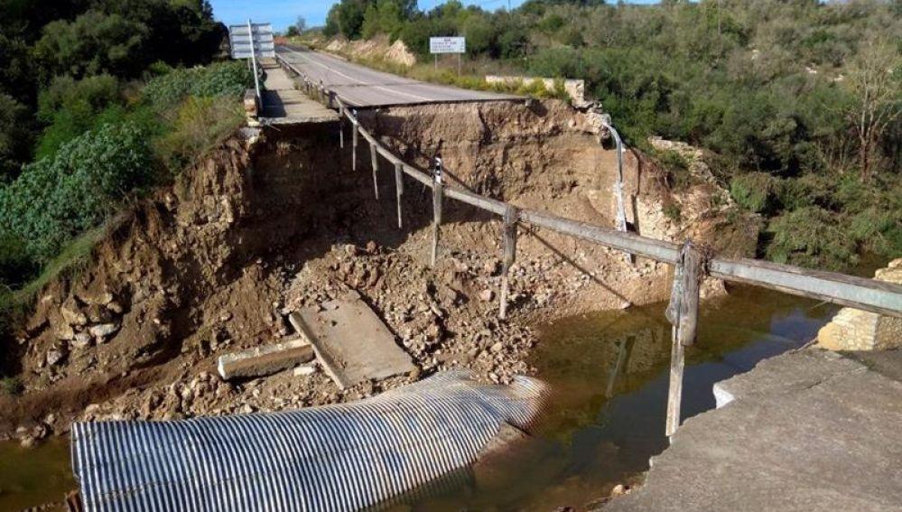 Tramo de carretera destrozada tras desbocarse el torrente Gross de Artà (Mallorca)