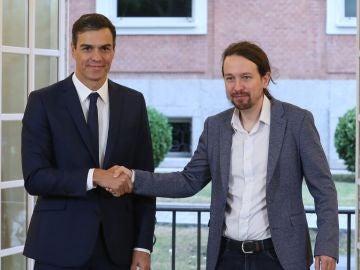 El presidente del Gobierno, Pedro Sánchez (izda), y el secretario general de Podemos, Pablo Iglesias