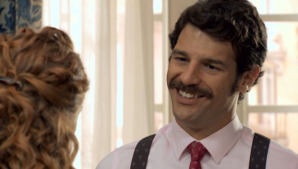 Carlos intimida a Natalia insinuándose a ella