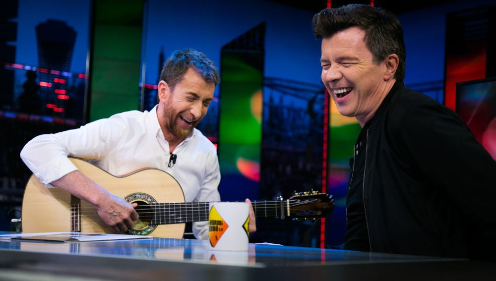 Rick Astley y Pablo Motos versionan, a ritmo de rumba, la canción 'Never gonna give you up' en 'El Hormiguero 3.0'
