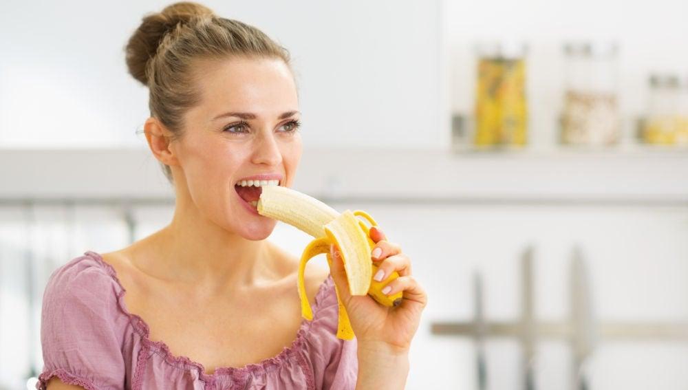 Mujer comiendo plátano