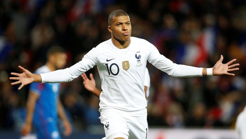 Mbappé celebra su gol contra Islandia