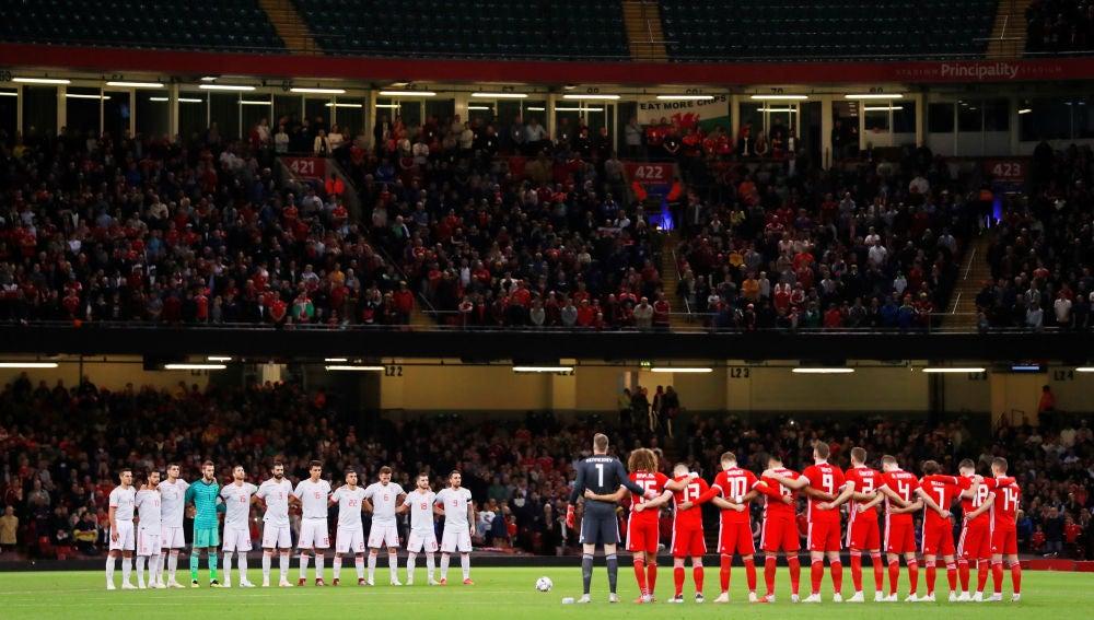 Los jugadores de España y Gales guardan un minuto de silencio por las víctimas en Mallorca