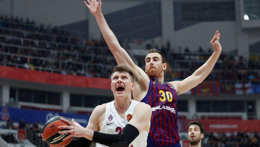 Vorontsevich entra a canasta ante la defensa de Víctor Claver