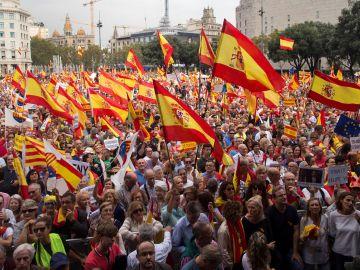 Miles de personas han participado hoy en el centro de Barcelona en una manifestación por la unidad de España