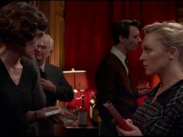 Elizabeth McGovern y Annie Starke en 'La buena esposa'