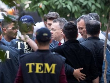 Miembros de la policía escoltan al religioso estadounidense Andrew Brunson