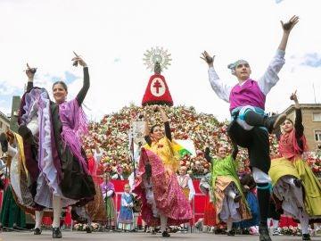 Miles de personas de todas partes de España y otros países han participado hoy en la tradicional Ofrenda de Flores a la Virgen del Pilar