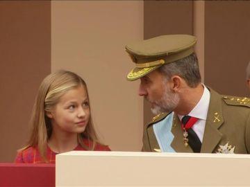 La Princesa Leonor ha asistido al desfile militar del 12 de octubre por primera vez a la derecha de su padre