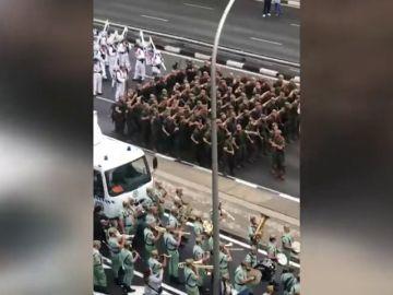 Así bailan los militares el 'Paquito, el chocolatero' interpretado por la banda de la Legión