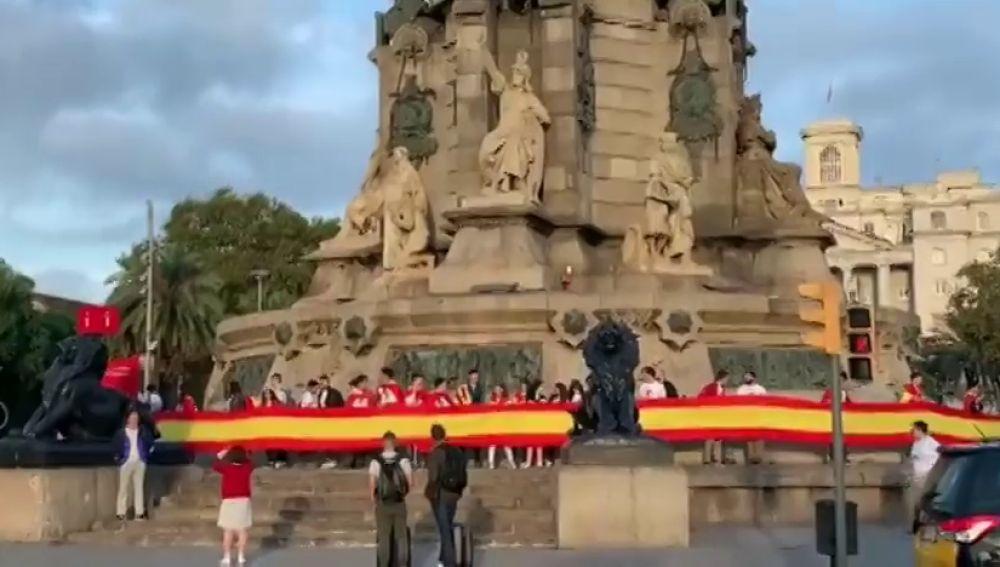 Aparecen enormes banderas de España en varios puntos de Cataluña por el 12 de Octubre