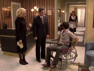 Manuel se presenta en el hotel en pleno enfrentamiento de Natalia y Ascensión