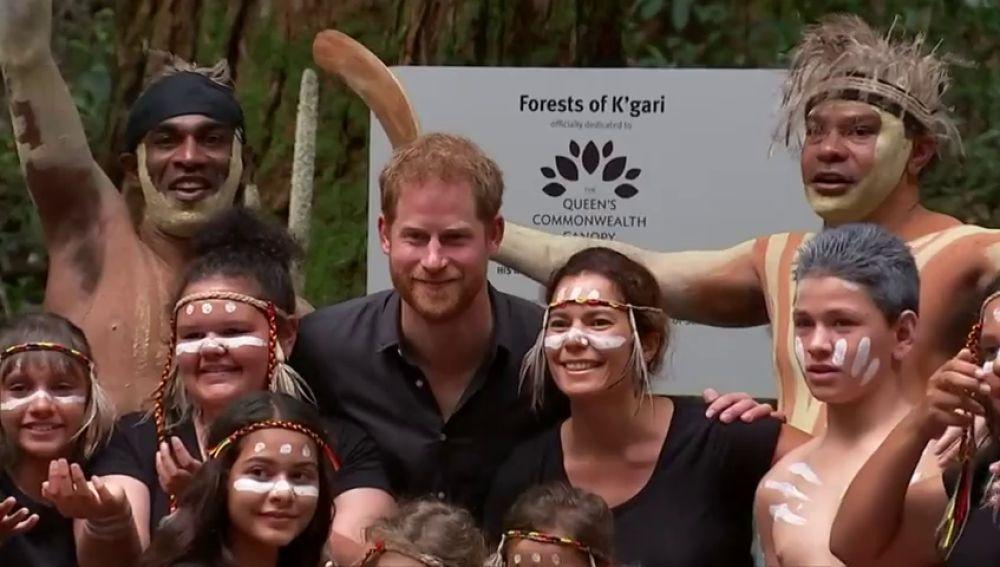 El príncipe Harry viista el poblado indígena de Batchulla