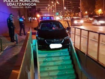 Coche atascado en unas escaleras en Pamplona