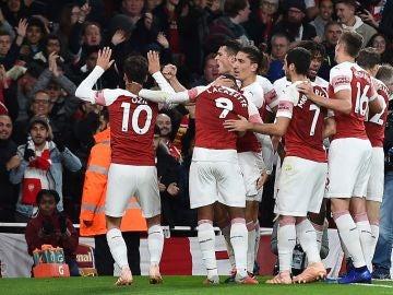 Özil celebra un gol ante el público del Emirates