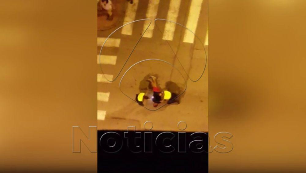 """La Policía Local de Orihuela reduce con una pistola de electrochoque a un hombre """"extremadamente violento"""""""