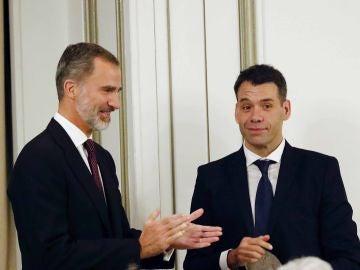 El rey Felipe VI entrega el Premio Francisco Cerecedo al periodista Rubén Amón