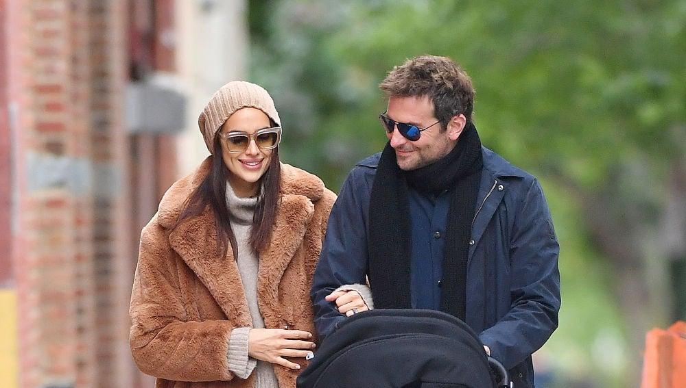 Irina Shayk y Bradley Cooper llevan al parque a su hija