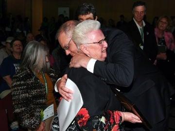 El primer ministro australiano abraza a una víctima