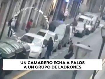 Un camarero echa a palos a un grupo de ladrones