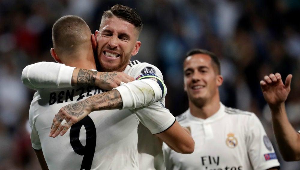 Benzema y Ramos celebran un gol