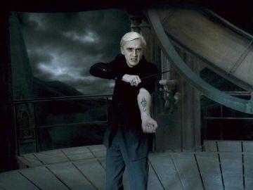 Draco Malfoy mostrando la marca tenebrosa en 'Harry Potter'
