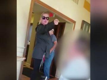 Graban a una mujer insultando y atacando a una familia por hablar español en Estados Unidos