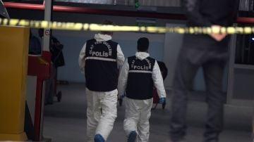 Agentes de la Policía forense registran un vehículo en el Consulado saudí en Estambul